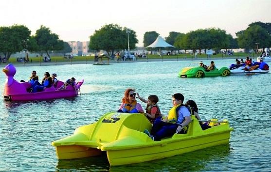 قوارب التجديف في بحيرة متنزه أسباير في الدوحة