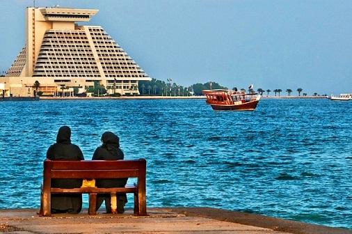 مقاعد مطلة على البحر في كورنيش الدوحة