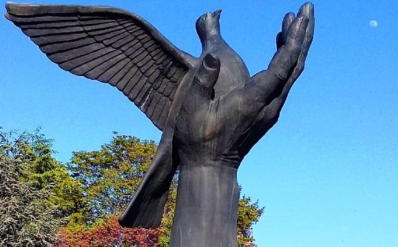 تمثال اليد والحمامة في حديقة الحرية في إسطنبول