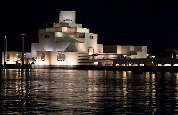 مشهد ليلي لمتحف الفن الإسلامي في الدوحة - الاماكن السياحية في الدوحة قطر