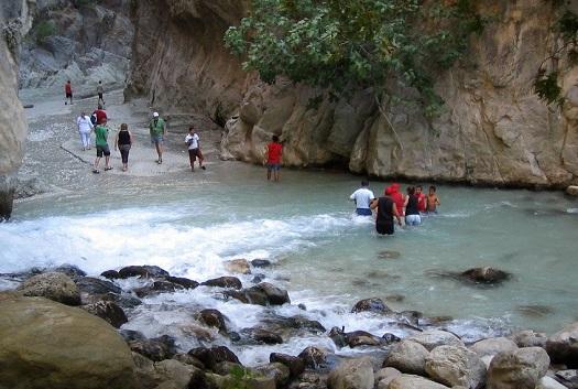 السباحة في ممر ساكليكنت المائي في فتحية تركيا