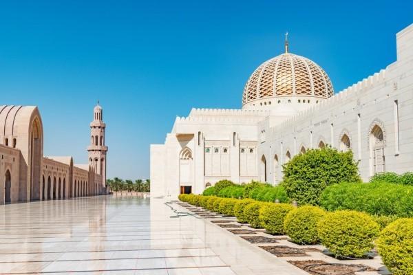 مسجد السلطان قابوس الكبير من اشهر معالم مسقط
