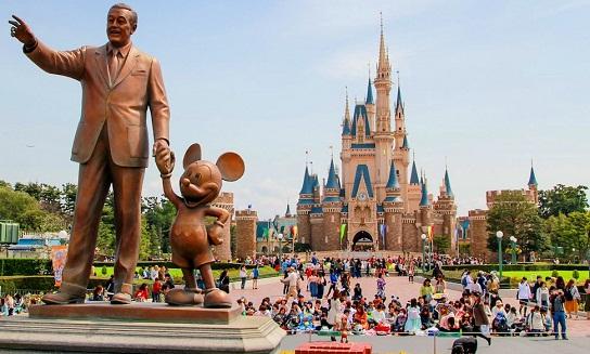 تمثال والت ديزني وميكي ماوس في منتجع طوكيو ديزني لاند احد اهم الاماكن السياحية في طوكيو
