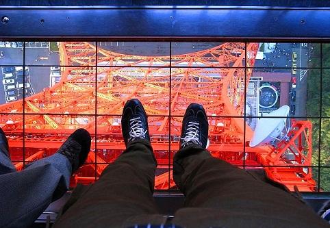 النافذة الأرضية في برج طوكيو