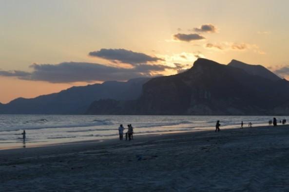 شاطئ المغيسل من اهم معالم السياحة في صلالة