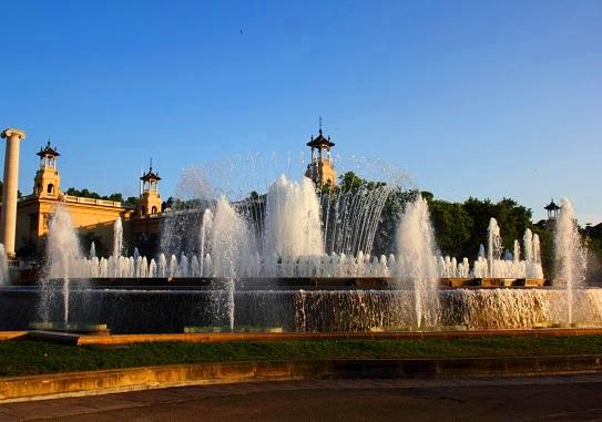 مشهد نهاري لنافورة مونتجويك السحرية في برشلونة إسبانيا