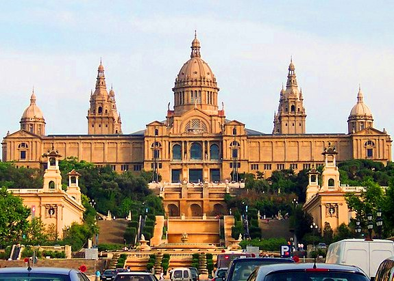 القصر الوطنى قرب نافورة مونتجويك السحرية في برشلونة إسبانيا