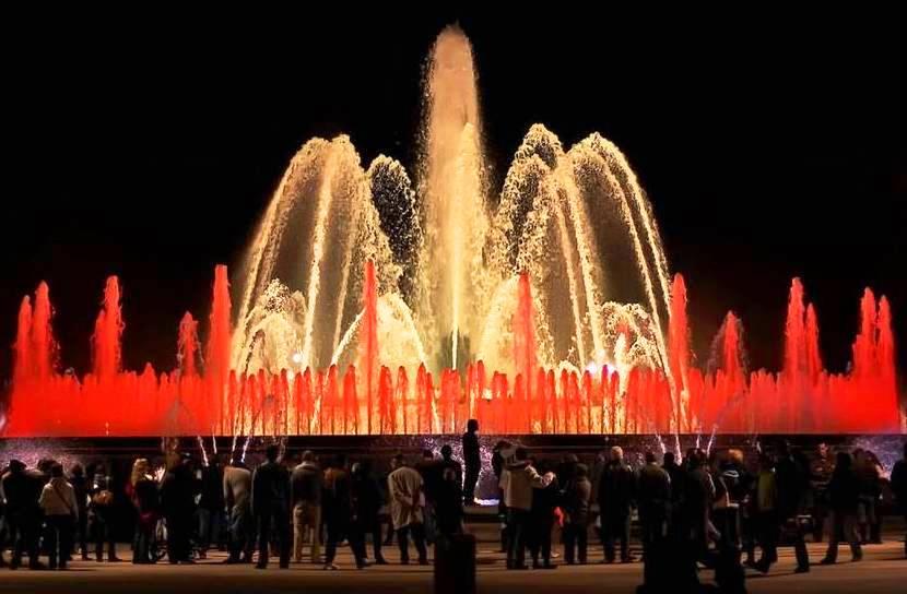 عرض مسائي لنافورة مونتجويك السحرية في برشلونة إسبانيا