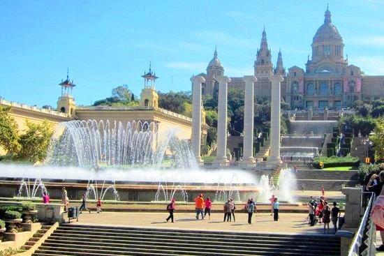 جولة حول نافورة مونتجويك السحرية في برشلونة إسبانيا