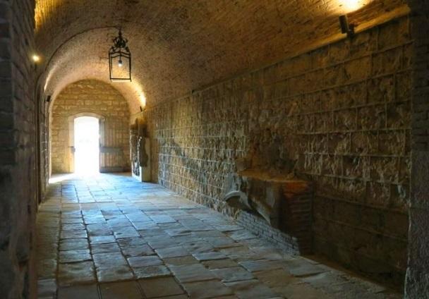 أنفاق قلعة مونتجويك في برشلونة إسبانيا