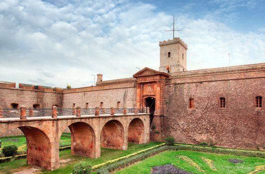 مشهد لقلعة مونتجويك في برشلونة إسبانيا