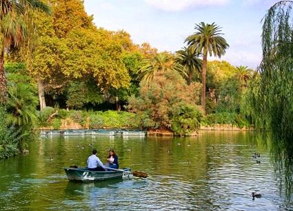 جولة القارب في متنزه سيوتاديلا في برشلونة إسبانيا
