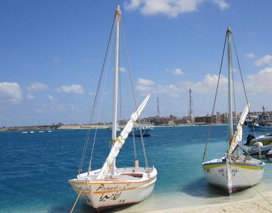 قوارب شراعية في شاطئ روميل في مرسى مطروح
