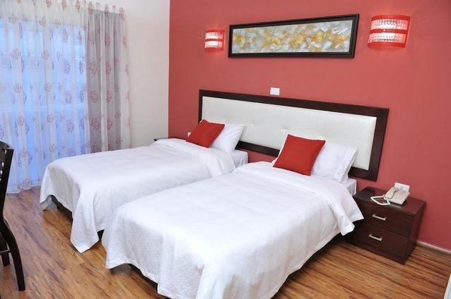 غرف فنادق في جونية لبنان ذات ألوان متناسقة وأسرّة مريحة