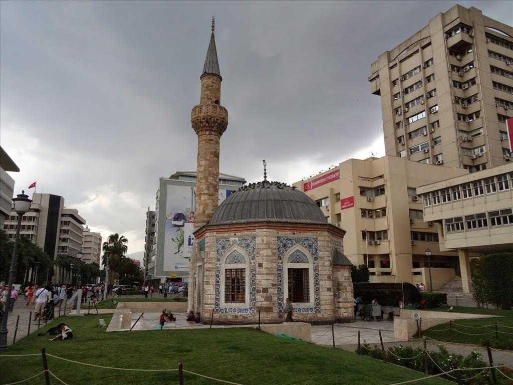 جامع كوناك من افضل معالم ازمير القريبة من برج الساعة في ازمير تركيا