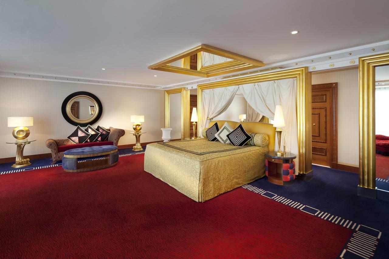غرف فندق برج العرب دبي تتميّز بالمساحات الواسعة والنظافة