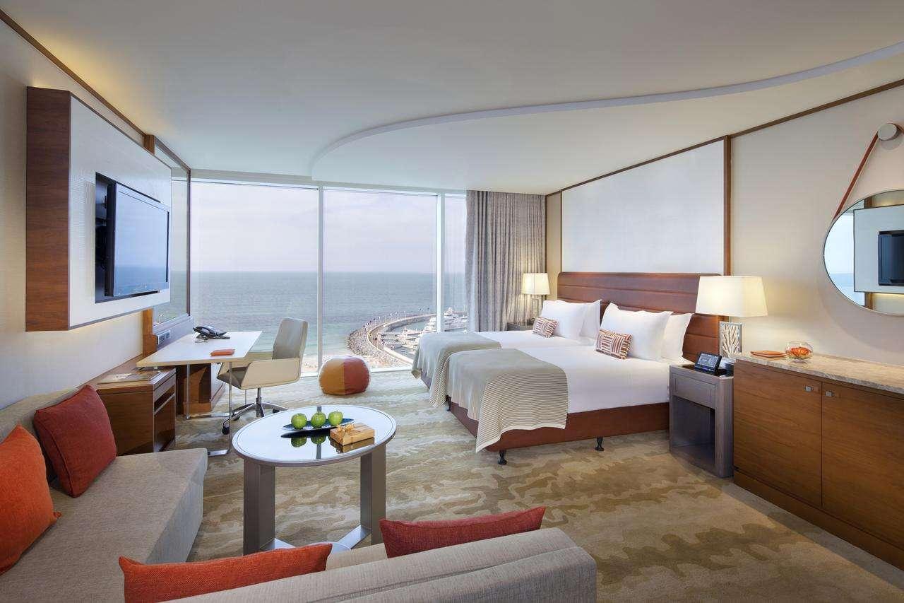 تتميّز غرف فندق جميرا بيتش دبي بألوانها وديكوراتها الراقية