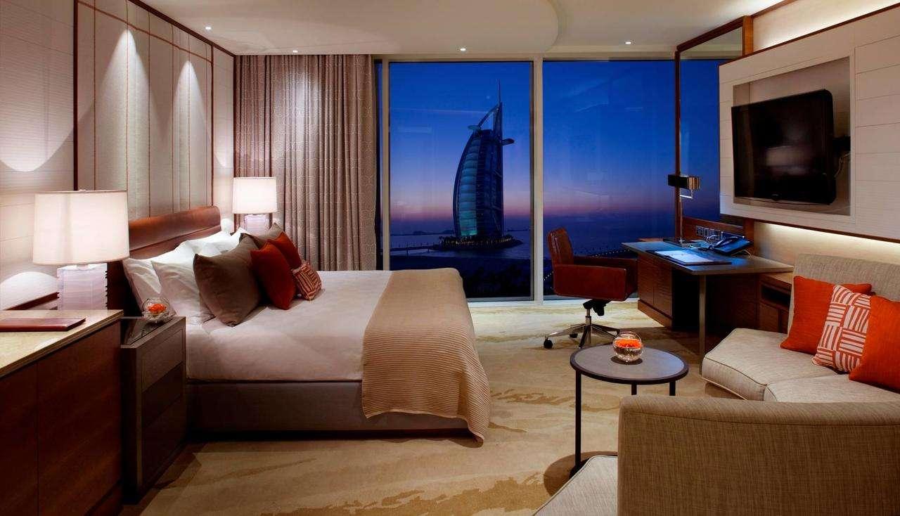 تتميّز غرف فندق جميرا بيتش دبي بالمساحات الواسعة والإطلالة البانورامية