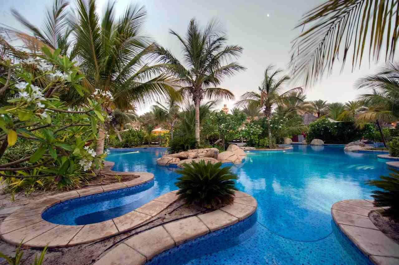 يضم فندق جميرا بيتش دبي مسبح خارجي مُبهر