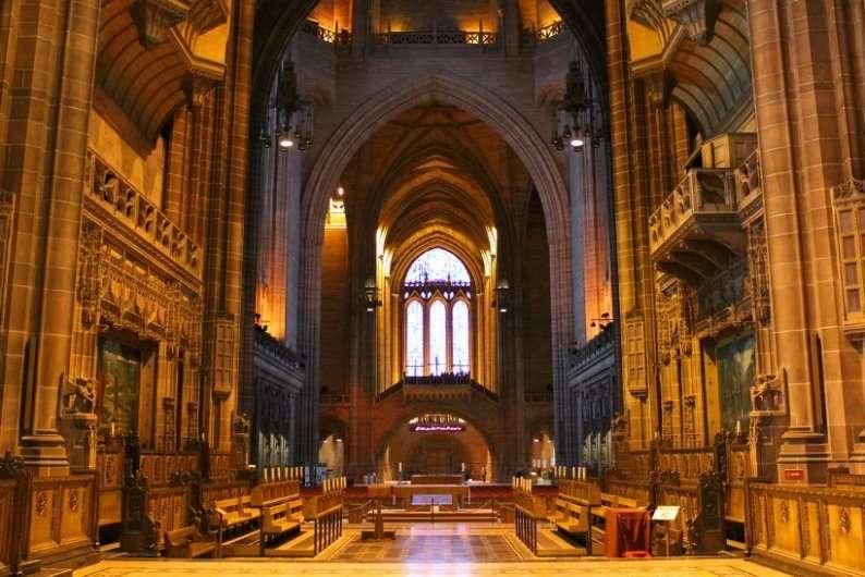 كاتدرائية ليفربول خامس اكبر كنيسة في العالم ، وتعد من اشهر الاماكن السياحية في ليفربول بريطانيا