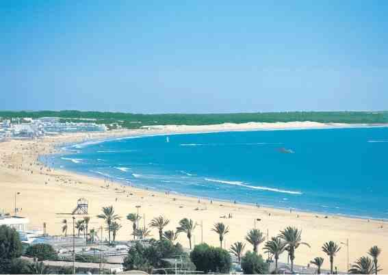 شاطئ اغادير من اهم اماكن سياحية في اغادير المغرب
