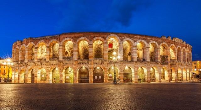ساحة فيرونا من اشهر اماكن السياحة في ايطاليا