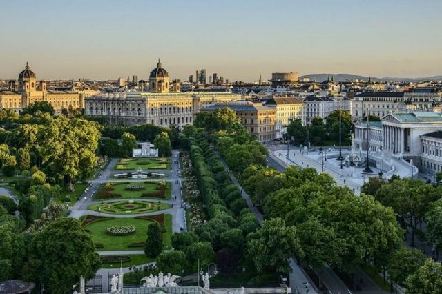 حديقة شتاد بارك من افضل الاماكن السياحية في فيينا النمسا