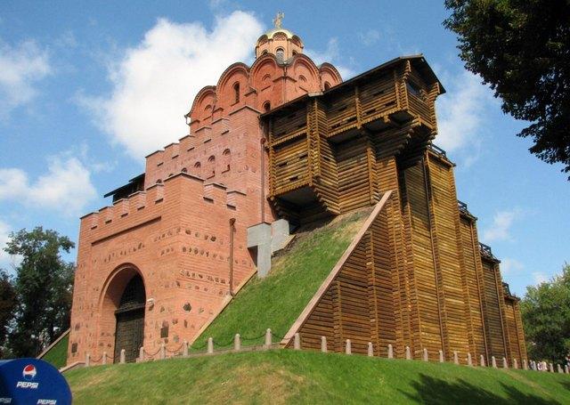 البوابة الذهبية من افضل الاماكن السياحية في كييف اوكرانيا