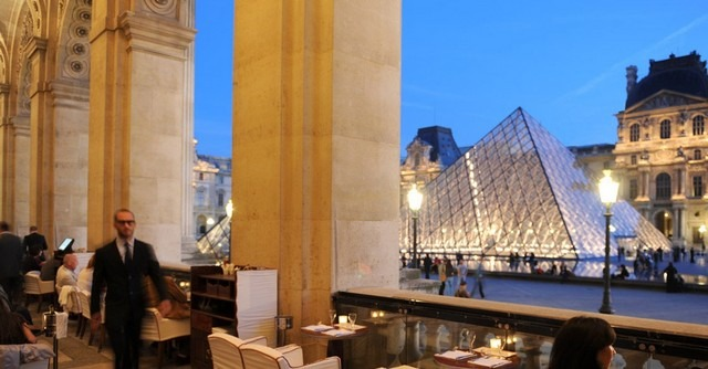 متحف اللوفر في باريس من اشهر اماكن السياحة في فرنسا