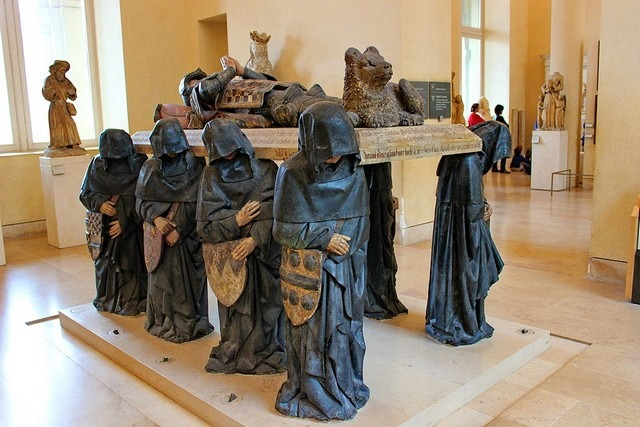 متحف اللوفر من اشهر اماكن السياحة في باريس