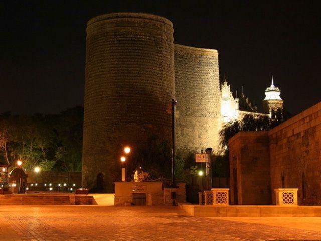 يعد برج العذراء في باكو من اشهر اماكن سياحية في باكو اذربيجان