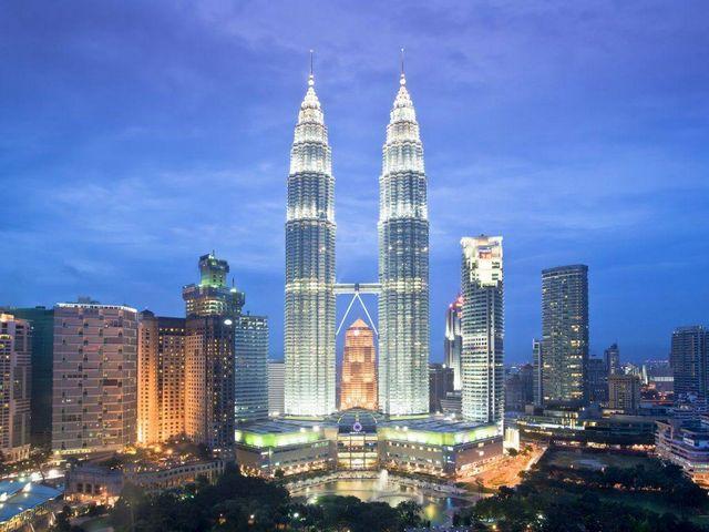 يعد البرجين التوأمين في ماليزيا من اهم الاماكن السياحية في كوالالمبور