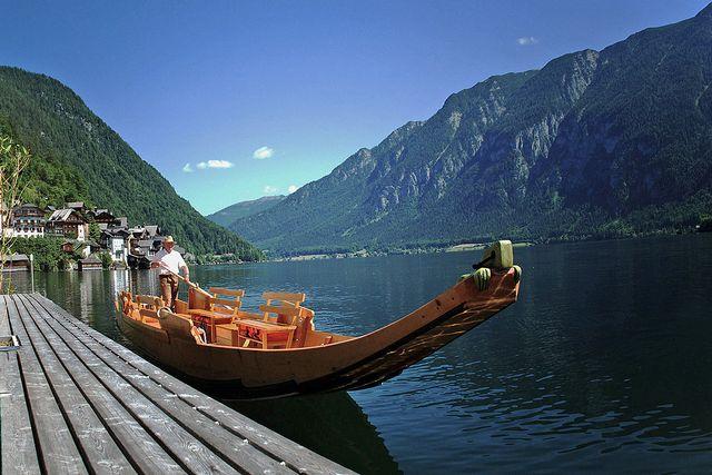 السياحة في بحيرة هالشتات
