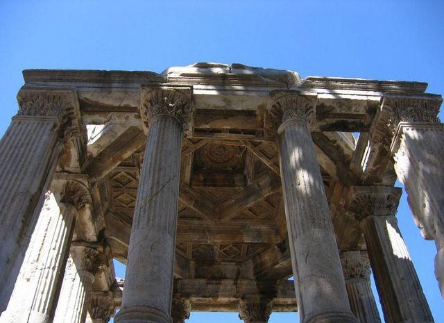 معبد زيوس الأولمبي من اهم اماكن السياحة في أثينا