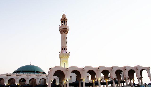 المسجد العائم في جدة به الكثير من القباب