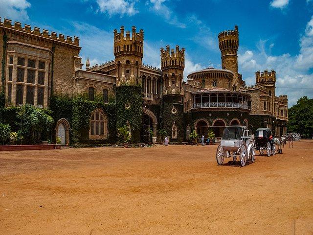 عربات الخيل في قصر بنجلور