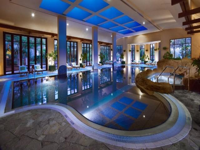 مسبح داخلي في فندق جراند حياة دبي