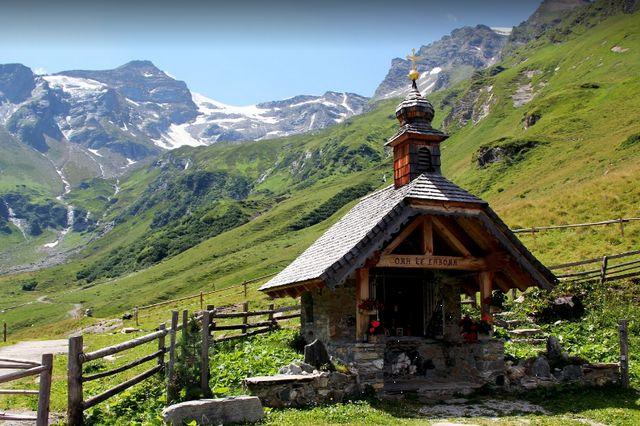 بحيرة كابرون في النمسا تتميز بالطبيعة الخلابة