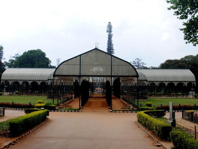 بيت الزجاج في حديقة لال باغ