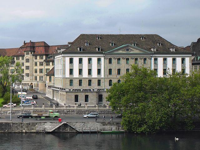 مبنى المكاتب التاريخي قرب شارع بانهوف زيورخ