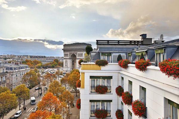 يتميّز فندق نابليون باريس بموقعه الحيوي في مدينة باريس