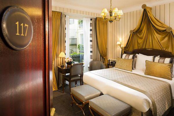 تعكس غُرف فندق نابليون باريس شانزليزيه الفخامة بكامل معانيها