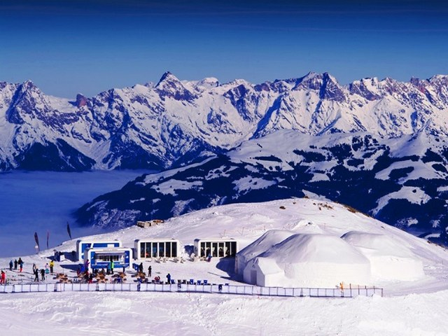 مخيم الجليد في قمة كابرون الثلجية
