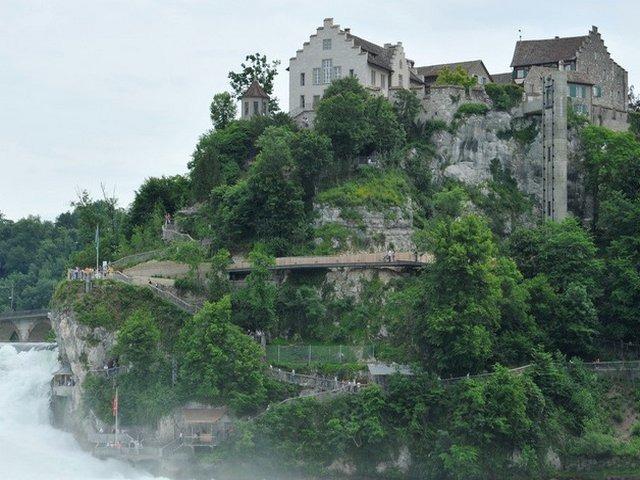 قلعة لوفن بالقرب من شلالات الراين