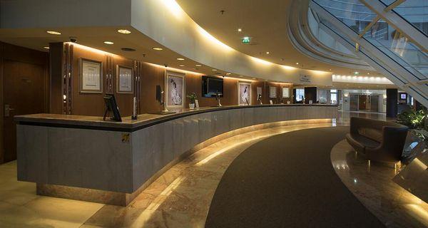 مكتب استقبال على مدار الساعة في فندق هيلتون باريس لاديفانس