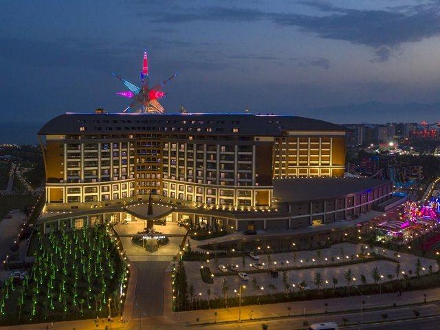 تتسم فنادق انطاليا لارا بيتش بهندسة معمارية ضخمة