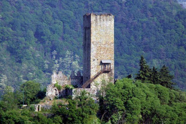 السياحة في كومو وزيارة قلعة كاستيللو الباراديللو