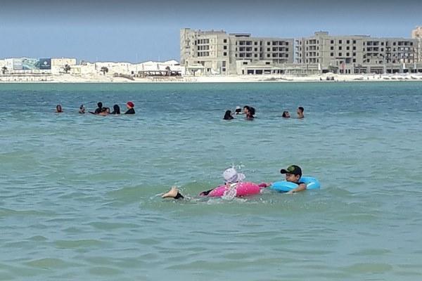 اين يقع شاطئ الفيروز
