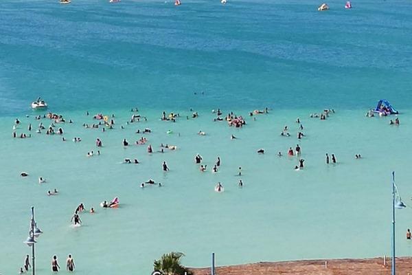 شاطئ الليدو بمدينة مرسى مطرح