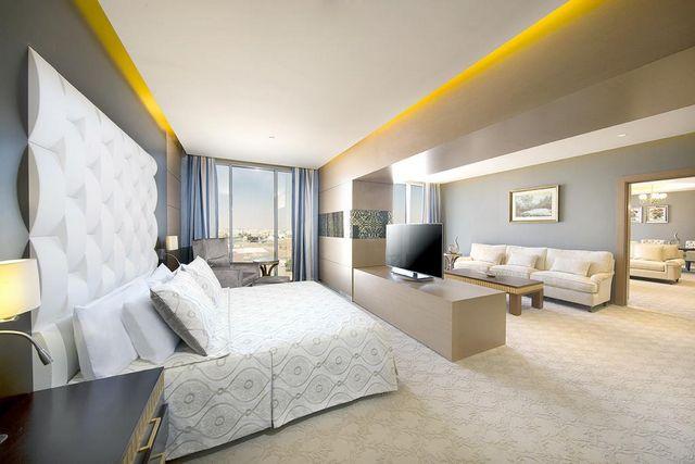 جناح في فندق هيلتون جاردن إن احد افضل فنادق تبوك السعودية